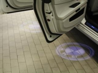 Проектор логотипа BMW вместо плафона подсветки